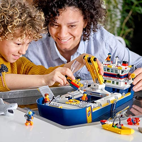 51lzDwEJ2ZL. AC  - LEGO City Ocean Exploration Ship 60266, Toy Exploration Vessel, Mini Helicopter, Submarine, Shipwreck with Treasure, Lifeboat, Stingray, Shark, Plus 8 Minifigures, New 2020 (745 Pieces)